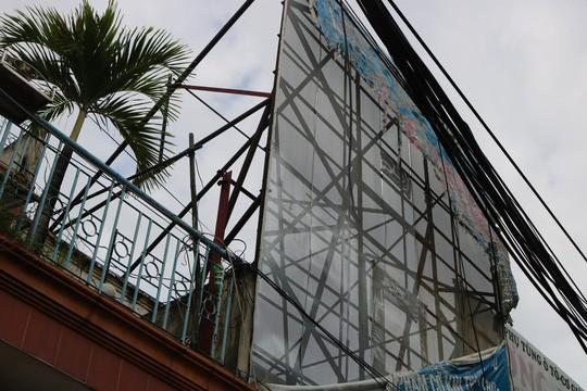 Hiểm họa chết người từ những bảng quảng cáo ngoài trời tại TP HCM - Ảnh 7.
