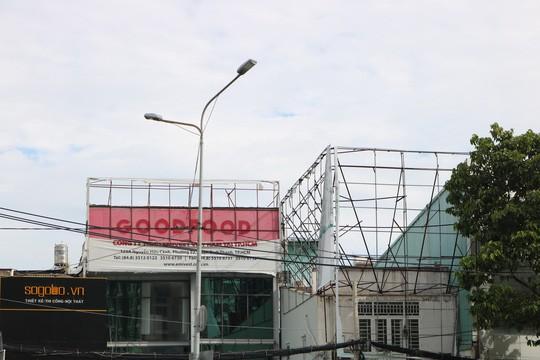 Hiểm họa chết người từ những bảng quảng cáo ngoài trời tại TP HCM - Ảnh 8.