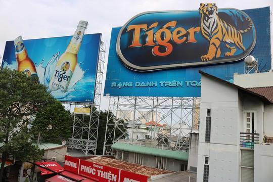 Hiểm họa chết người từ những bảng quảng cáo ngoài trời tại TP HCM - Ảnh 9.