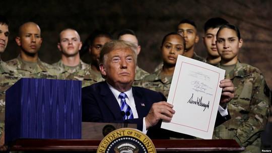 Ông Trump thông qua dự luật quốc phòng John McCain - Ảnh 1.