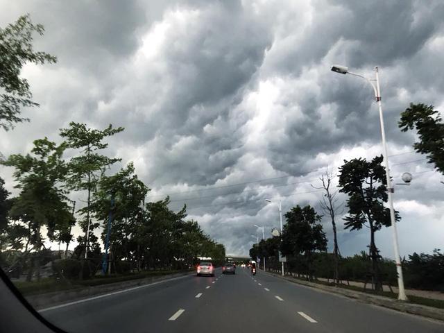 Hình ảnh bầu trời Hà Nội ấn tượng trong cơn dông, nhiều người hối hả về nhà tránh mưa lớn - Ảnh 7.
