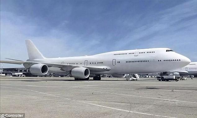 Cận cảnh siêu phi cơ dát vàng, 10 phòng tắm của Hoàng gia Qatar đang được rao bán 650 triệu USD - Ảnh 1.