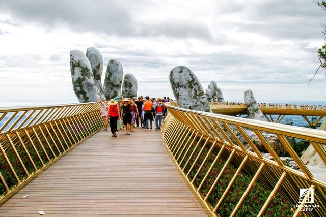 Mặc dù không bắc qua bất kỳ dòng sông nào nhưng cây cầu này ở Việt Nam đã trở thành 1 trong các điểm đến hoàn hảo nhất địa cầu - Ảnh 6.