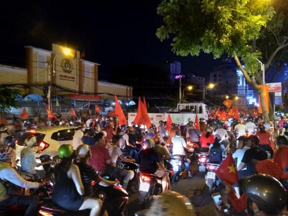 Xe bồn đứng yên chịu trận trong dòng người đi bão ở Sài Gòn mừng chiến thắng của U23 Việt Nam - Ảnh 4.