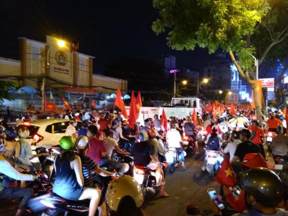 Xe bồn đứng yên chịu trận trong dòng người đi bão ở Sài Gòn mừng chiến thắng của U23 Việt Nam - Ảnh 5.