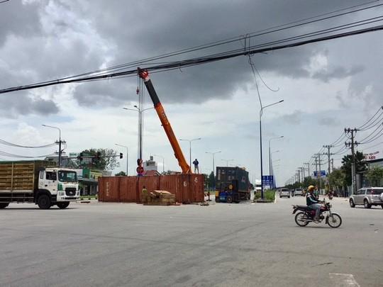 Hai xe container tông nhau, giao thông ách tắc hàng giờ - Ảnh 1.