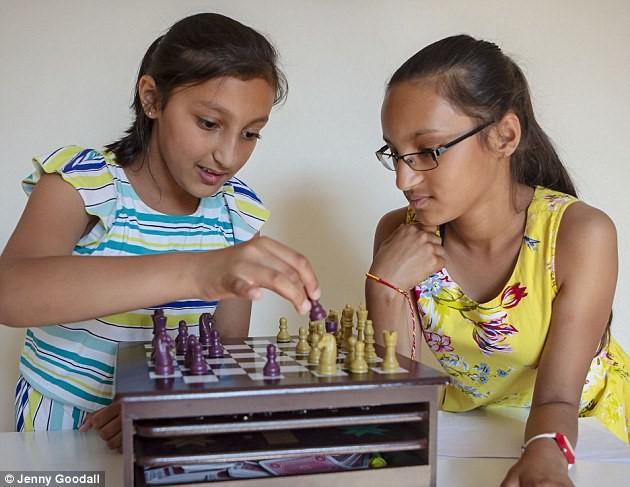 Mê cờ vua, xếp lego, cặp song sinh 11 tuổi gốc Ấn gây sốt khi có chỉ số IQ cao hơn cả Albert Einstein và Stephen Hawking - Ảnh 3.