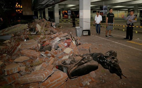 Động đất gần 7 độ Richter, Indonesia cảnh báo sóng thần - Ảnh 1.