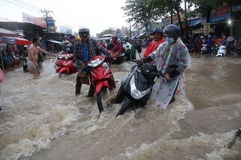 Mưa trắng trời ở Biên Hòa, nước ngập trôi cả xe máy  - Ảnh 2.
