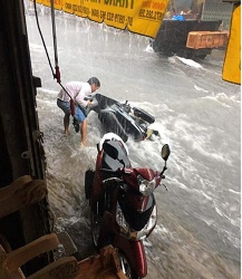 Mưa trắng trời ở Biên Hòa, nước ngập trôi cả xe máy  - Ảnh 3.
