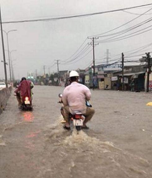 Mưa trắng trời ở Biên Hòa, nước ngập trôi cả xe máy  - Ảnh 4.