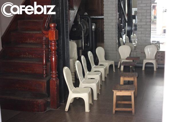 Triết lý kinh doanh lạ đời của ông chủ Reng Reng Café: Quán chỉ bán cà phê, không nước lọc, không nhà vệ sinh, không wifi, cứ đúng 3 giờ chiều là đóng cửa không tiếp khách - Ảnh 2.