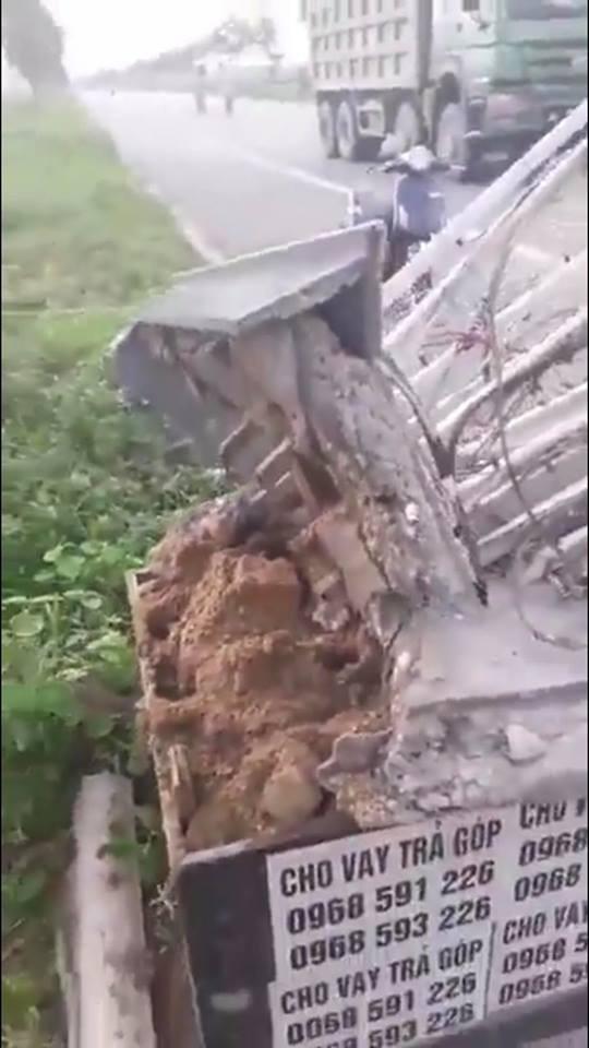 Xôn xao hình ảnh cổng chào bị xe tải kéo đổ lộ phần trụ toàn cát - Ảnh 1.