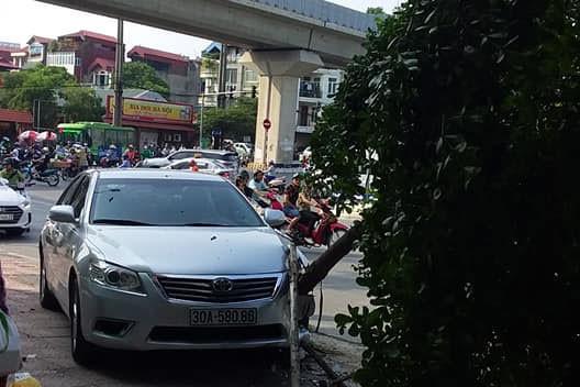 Xế hộp Camry tông liên hoàn trên phố Hà Nội, 2 người bị thương - Ảnh 4.