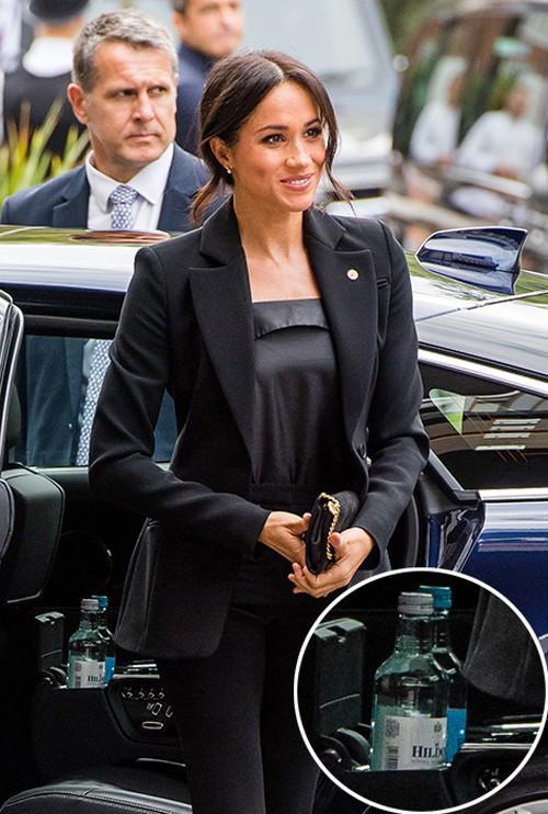 Người hâm mộ tinh ý phát hiện ra vật bất thường trong xe hơi chở Công nương Kate, vô tình tiết lộ thói quen khó bỏ của người hoàng gia - Ảnh 2.
