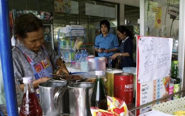 """""""Nuốt hụt"""" đối tác, Pepsi trở thành nạn nhân của đòn trả thù kinh hoàng: Bị xóa sổ khỏi toàn cõi Thái Lan, mất trắng thị phần về tay Coca-Cola và Serm Suk - Ảnh 1."""