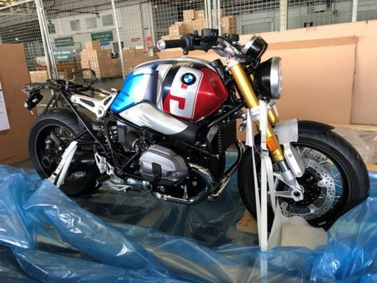 BMW R nineT Spezial và K1600 Grand America bất ngờ xuất hiện tại sân bay Tân Sơn Nhất - Ảnh 2.