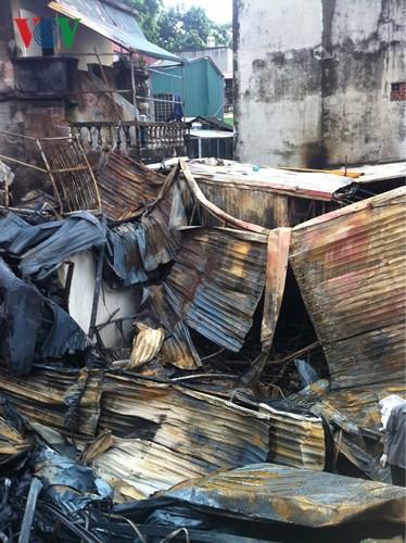 Cảnh tan hoang sau 2 ngày xảy ra vụ cháy trên phố Đê La Thành - Ảnh 1.