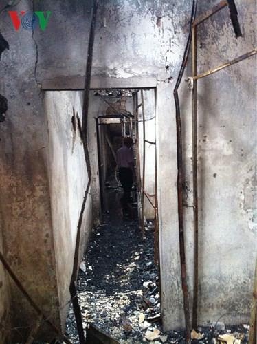 Cảnh tan hoang sau 2 ngày xảy ra vụ cháy trên phố Đê La Thành - Ảnh 3.