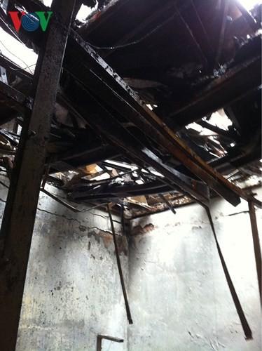 Cảnh tan hoang sau 2 ngày xảy ra vụ cháy trên phố Đê La Thành - Ảnh 6.