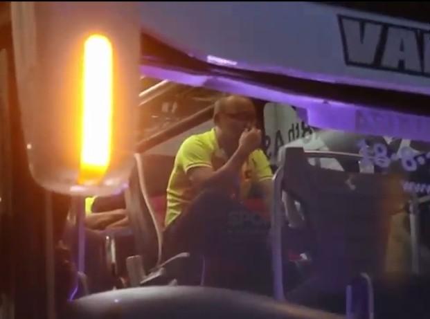 HLV Park Hang Seo khóc sụt sùi trên xe bus sau thất bại của Olympic Việt Nam - Ảnh 2.