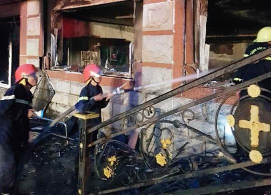 Cháy nhà điều hành sân golf 6 tầng, nhân viên nhảy xuống đất, thiệt hại 20,7 tỉ đồng - Ảnh 2.