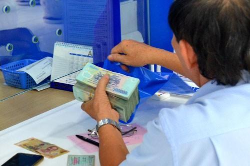 Lãi suất tiền gửi ở một số ngân hàng bắt đầu giảm - Ảnh 1.