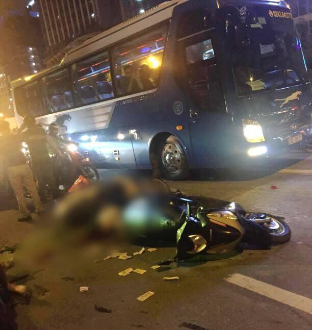 Nóng: Thanh sắt giàn giáo rơi xuống các con phố Lê Văn Lương đè trúng xe máy đang di chuyển, 1 cô gái tử vong - Ảnh 2.