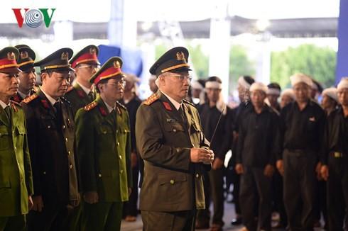 Trực tiếp: Đưa linh cữu Chủ tịch nước Trần Đại Quang về quê nhà - Ảnh 15.