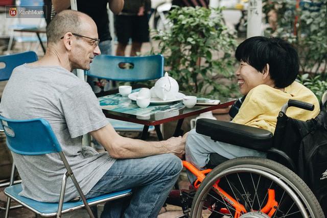 Chuyện tình cổ tích của chàng kỹ sư Úc từ bỏ xe phân khối lớn để lái xe lăn cho người vợ khuyết tật ở Hà Nội - Ảnh 1.