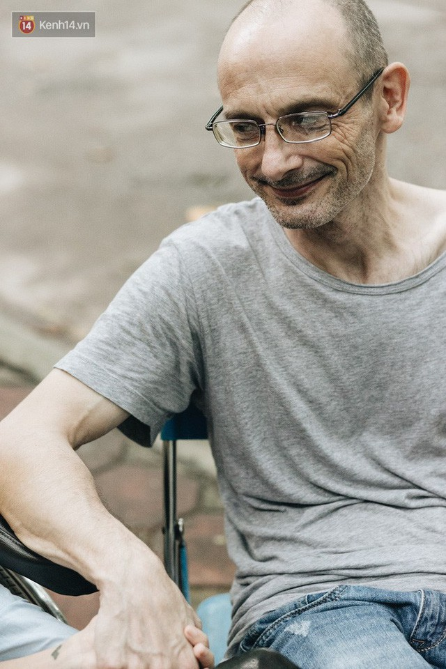Chuyện tình cổ tích của chàng kỹ sư Úc từ bỏ xe phân khối lớn để lái xe lăn cho người vợ khuyết tật ở Hà Nội - Ảnh 11.