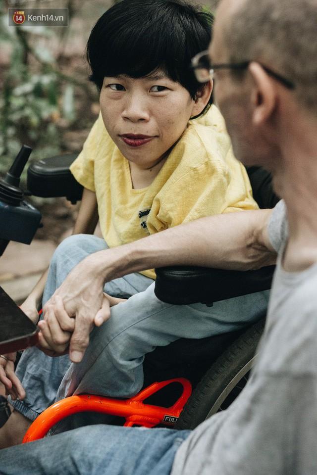 Chuyện tình cổ tích của chàng kỹ sư Úc từ bỏ xe phân khối lớn để lái xe lăn cho người vợ khuyết tật ở Hà Nội - Ảnh 12.