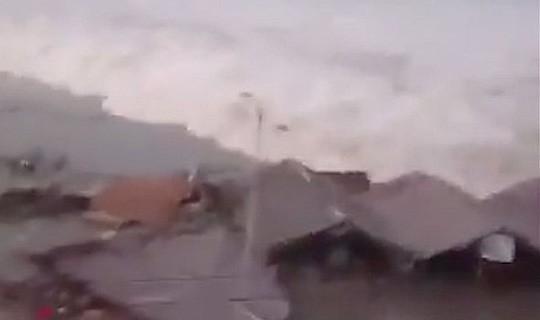 Động đất mạnh, sóng thần ập vào Indonesia - Ảnh 3.