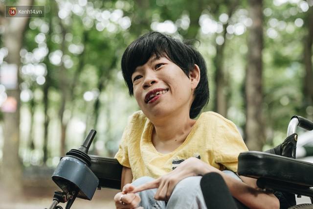 Chuyện tình cổ tích của chàng kỹ sư Úc từ bỏ xe phân khối lớn để lái xe lăn cho người vợ khuyết tật ở Hà Nội - Ảnh 2.