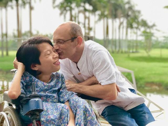 Chuyện tình cổ tích của chàng kỹ sư Úc từ bỏ xe phân khối lớn để lái xe lăn cho người vợ khuyết tật ở Hà Nội - Ảnh 5.