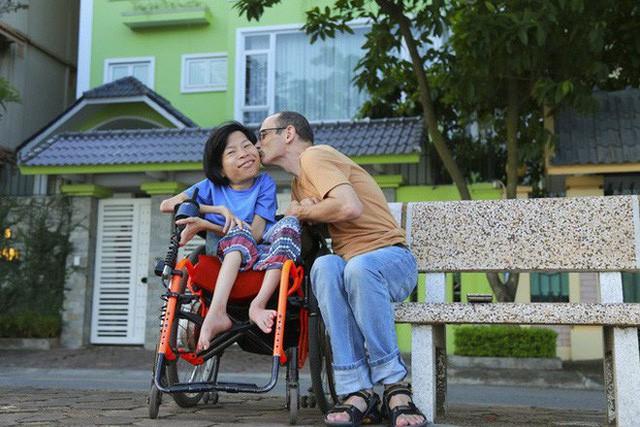 Chuyện tình cổ tích của chàng kỹ sư Úc từ bỏ xe phân khối lớn để lái xe lăn cho người vợ khuyết tật ở Hà Nội - Ảnh 6.