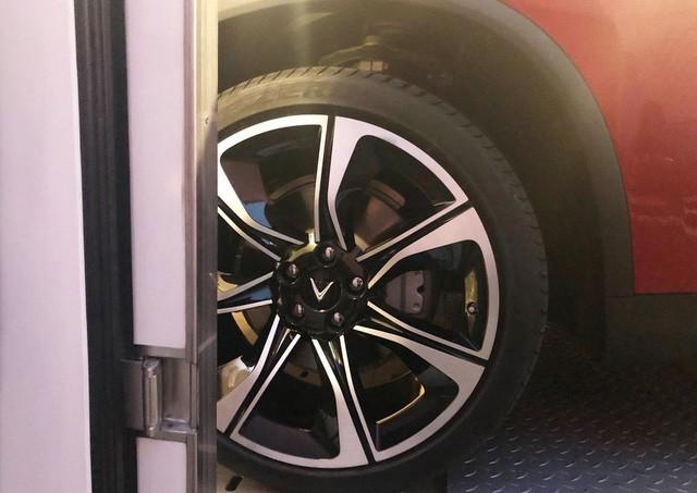 Những hình ảnh thực tế đầu tiên về 2 mẫu xe VinFast tại Paris Motor Show - Ảnh 6.
