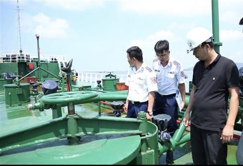 Phát hiện tàu chở 1 triệu lít xăng không rõ nguồn gốc  - Ảnh 1.