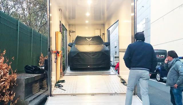 Những hình ảnh thực tế đầu tiên về 2 mẫu xe VinFast tại Paris Motor Show - Ảnh 1.