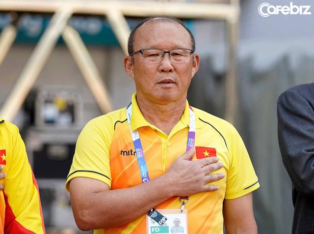 Ông Park Hang-seo không ngại gây sự với đám người nước ngoài quá khích để bảo vệ chiếc áo có lá quốc kỳ Việt Nam - Ảnh 2.