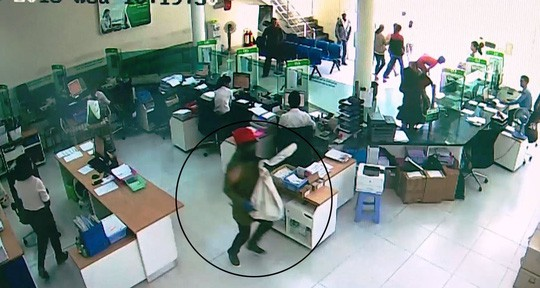 Vụ cướp ngân hàng ở Khánh Hòa: Ai để cướp bịt mặt vào ngân hàng? - Ảnh 1.