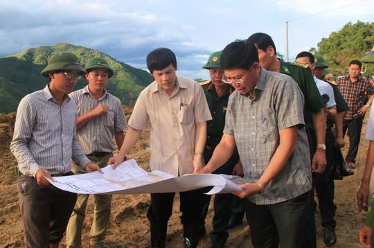 Trung chuyển 32.000 lít xăng dầu qua Lào đưa về tiếp tế cho Mường Lát - Ảnh 3.