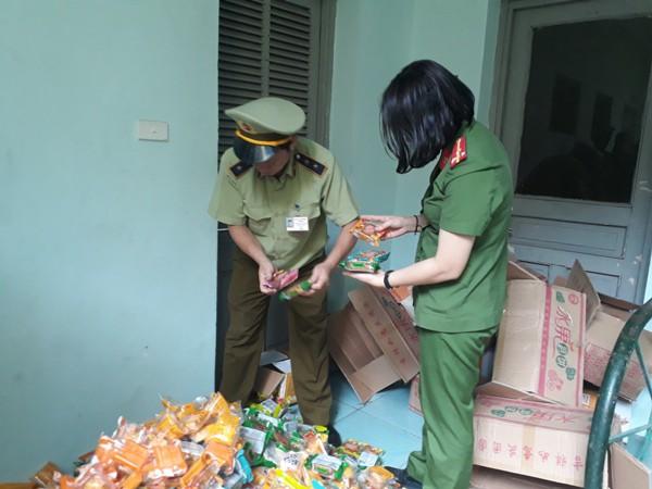 Thu giữ 1.468 chiếc bánh trung thu giá bèo đổi màu ở Hà Đông  - Ảnh 1.