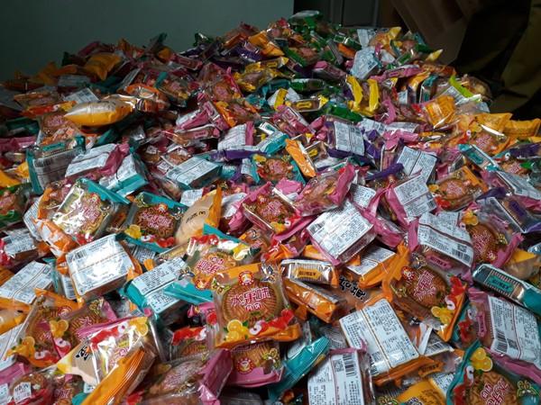 Thu giữ 1.468 chiếc bánh trung thu giá bèo đổi màu ở Hà Đông  - Ảnh 2.