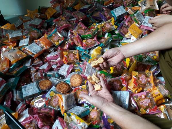 Thu giữ 1.468 chiếc bánh trung thu giá bèo đổi màu ở Hà Đông  - Ảnh 3.