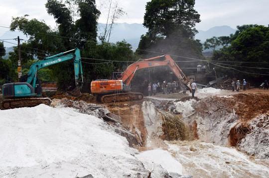 Vỡ đập quặng thải, hàng ngàn m3 chất thải độc hại tràn ra đường, nhà dân - Ảnh 6.