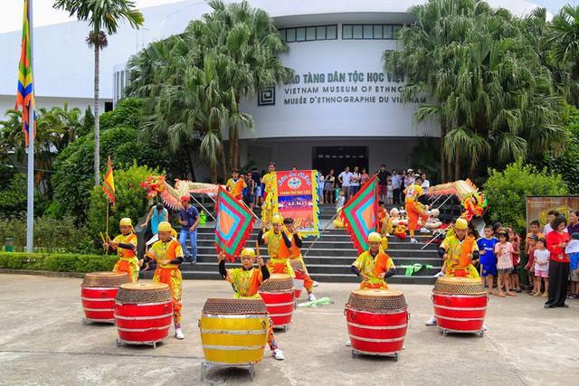 Điểm danh những địa điểm thú vị nhất định phải đến trong ngày Tết ở thủ đô Hà Nội - Ảnh 3.