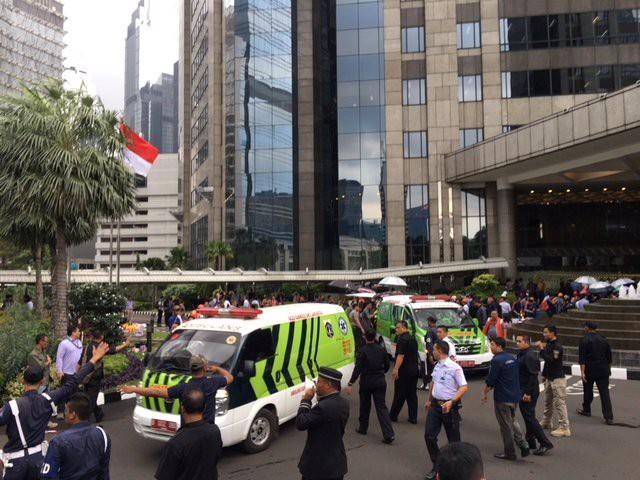 Sàn giao dịch chứng khoán Indonesia bị sập, hàng chục người bị thương - Ảnh 4.