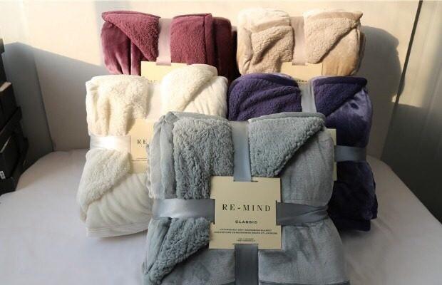 Chăn lông cừu, một trong những mặt hàng bán chạy trong ngày Hà Nội rét đậm. Nguồn: FB
