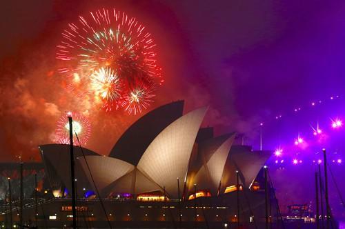 Pháo hoa thắp sáng trên bầu trời nhà hát opera Sydney - Úc đêm giao thừa Ảnh: REUTERS